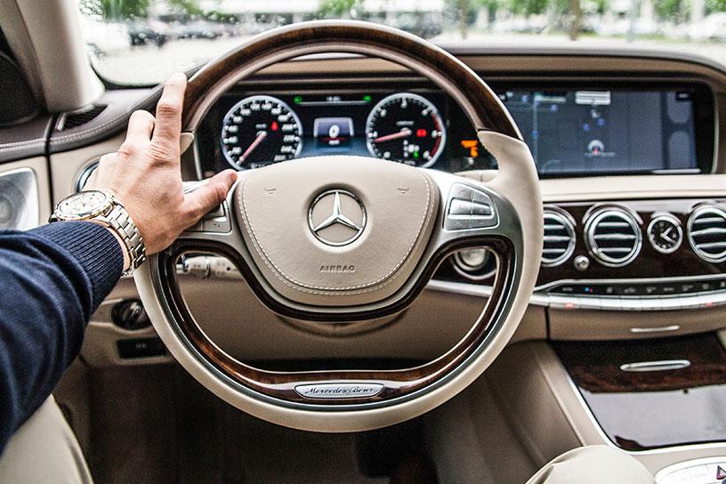 Mercedes Benz Lenkrad und Luxus Uhr