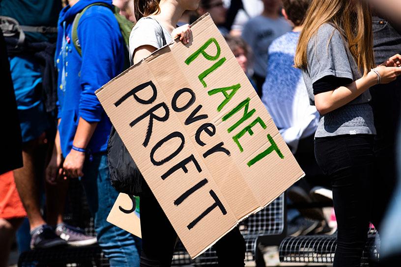 """Demonstrations Plakat, auf welchem steht: """"Planet over Profit"""" (Planet vor Profiten)"""