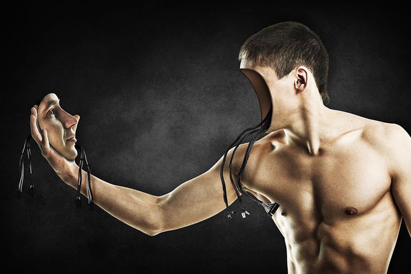 Oberkörperfreier Mann hält sein Gesicht in der Hand. Das Gesicht ist leer und es hängen einige Kabel heraus.