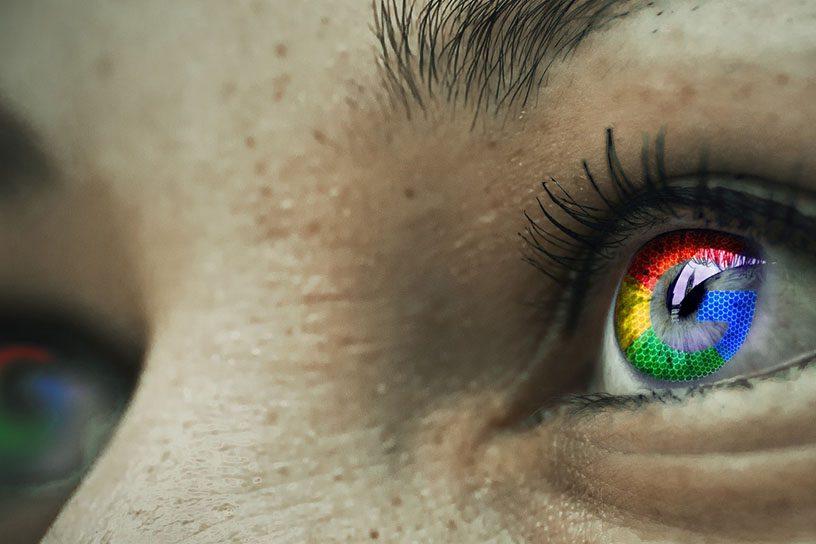 Auge mit Googlelogo in der Iris.