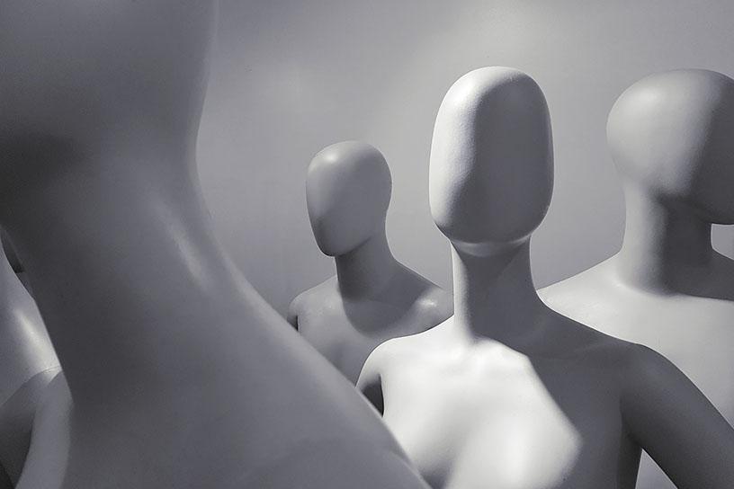 Mannequins in einem Raum ohne Gesicht. Graustufenbild.