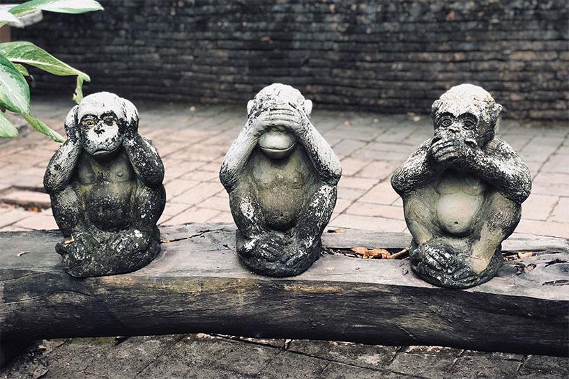 Statuen der Affen: Nichts schlechtes Hören, Nichts schlechtes Sehen, Nichts schlechtes Sprechen.