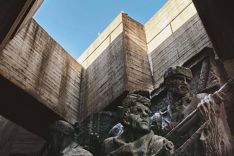 Statuen mit einem Lichteinfall von oben.
