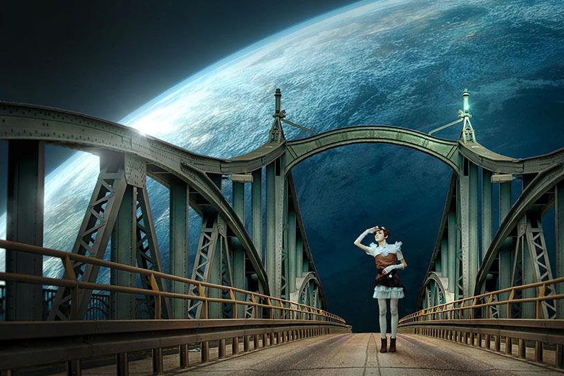 Frau im Steampunk Stil steht auf einer Brücke, in ähnlichem Stil. Im Hintergrund ist die Weltkugel zu sehen.