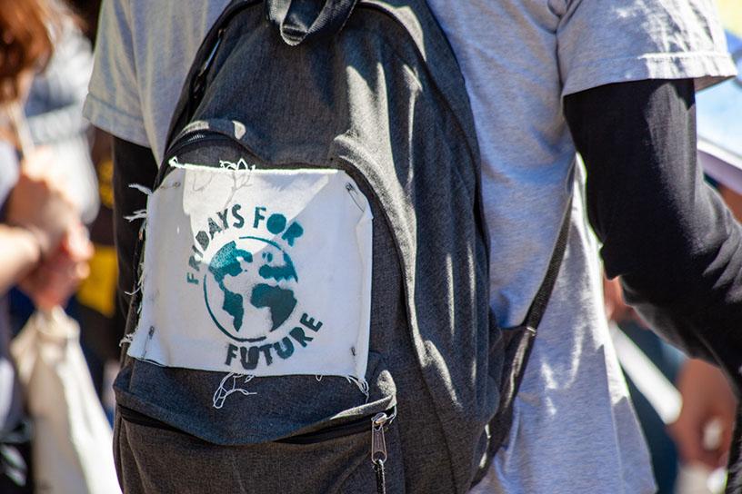"""Ein Rucksack, mit einem Anstecker, der für """"Fridays for Future"""" wirbt."""
